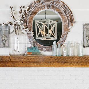Источник вдохновения для домашнего уюта: рабочее место среднего размера в морском стиле с темным паркетным полом, белыми стенами, стандартным камином, фасадом камина из кирпича и отдельно стоящим рабочим столом