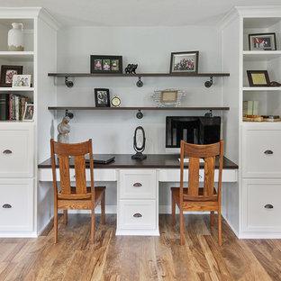 他の地域の小さいカントリー風おしゃれなホームオフィス・書斎 (グレーの壁、クッションフロア、造り付け机、茶色い床) の写真
