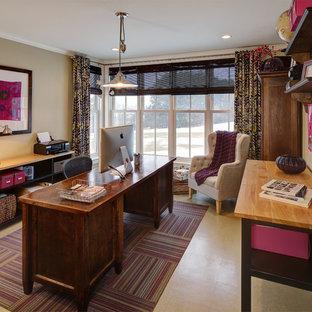 ミルウォーキーの中くらいのカントリー風おしゃれなホームオフィス・書斎 (ベージュの壁、ラミネートの床、自立型机) の写真
