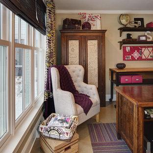 ミルウォーキーの中サイズのカントリー風おしゃれなホームオフィス・仕事部屋 (ベージュの壁、ラミネートの床、自立型机) の写真