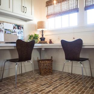 アトランタの広いカントリー風おしゃれな書斎 (白い壁、レンガの床、造り付け机) の写真