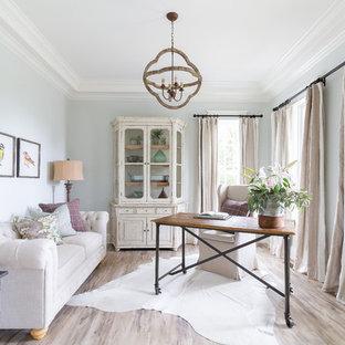 ナッシュビルのカントリー風おしゃれな書斎 (青い壁、暖炉なし、自立型机、ベージュの床) の写真