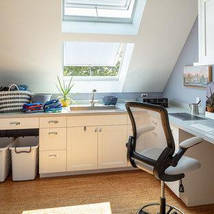 Exemple d'un bureau bord de mer de taille moyenne avec aucune cheminée, un bureau intégré, un sol en liège, un sol marron et un mur bleu.