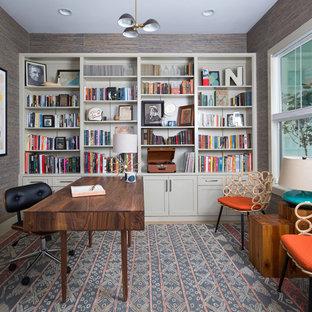 Diseño de despacho clásico renovado con escritorio independiente