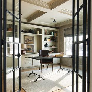 Imagen de despacho tradicional renovado, de tamaño medio, con suelo de madera en tonos medios, escritorio independiente, suelo marrón y paredes verdes