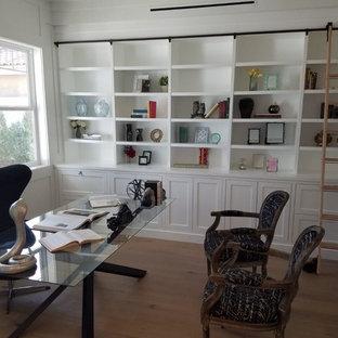 ロサンゼルスの中くらいのカントリー風おしゃれな書斎 (白い壁、淡色無垢フローリング、暖炉なし、自立型机、ベージュの床) の写真