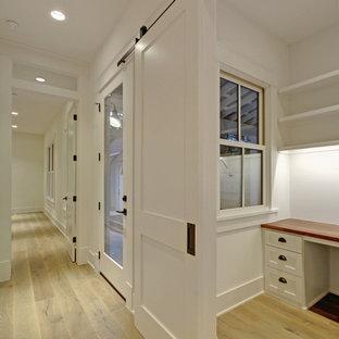 オースティンの中サイズのカントリー風おしゃれな書斎 (白い壁、ラミネートの床、造り付け机、ベージュの床) の写真