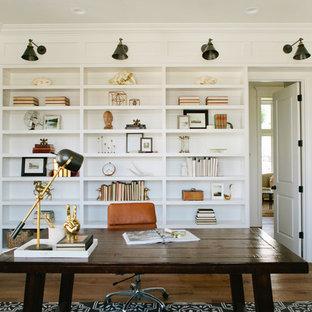 Idéer för ett lantligt hemmabibliotek, med vita väggar, mörkt trägolv och ett fristående skrivbord