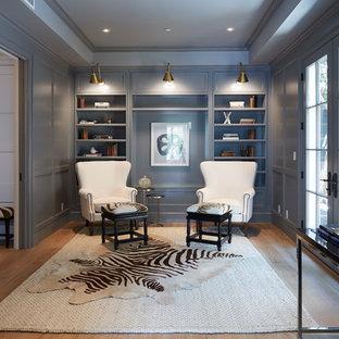 Ispirazione per un grande studio minimal con pareti grigie, pavimento in legno massello medio, nessun camino, scrivania autoportante e pavimento marrone