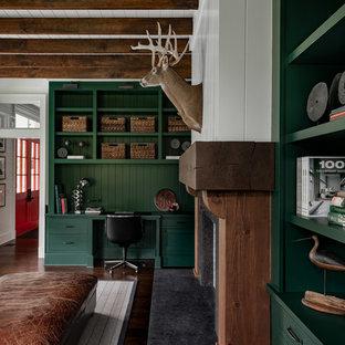 Cette photo montre un grand bureau nature avec un mur blanc, un sol en bois foncé, une cheminée standard, un manteau de cheminée en bois, un bureau intégré et un sol marron.