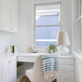 Esempio di un ufficio country con pareti bianche, parquet chiaro, nessun camino, scrivania incassata e pavimento beige