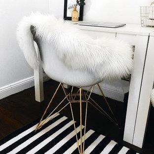 Esempio di un piccolo atelier minimalista con pareti bianche e scrivania autoportante