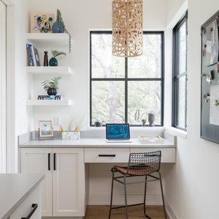 Diseño de despacho campestre, sin chimenea, con paredes amarillas, suelo de madera clara, escritorio empotrado y suelo beige