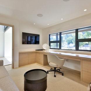シアトルの中サイズのモダンスタイルのおしゃれなホームオフィス・仕事部屋 (白い壁、淡色無垢フローリング、暖炉なし、造り付け机、ベージュの床) の写真