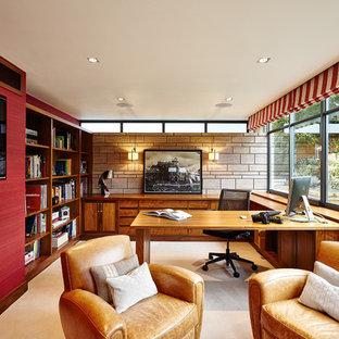 他の地域のトランジショナルスタイルのおしゃれなホームオフィス・書斎 (カーペット敷き、横長型暖炉、造り付け机) の写真