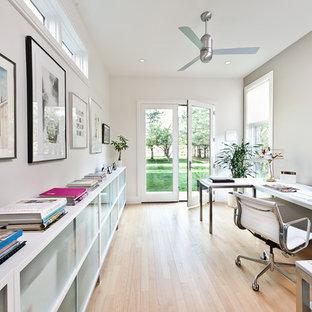 ロサンゼルスの大きいコンテンポラリースタイルのおしゃれなホームオフィス・書斎 (グレーの壁、淡色無垢フローリング、自立型机、ベージュの床) の写真