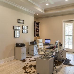 Ispirazione per un ampio ufficio contemporaneo con pareti beige, pavimento in gres porcellanato, scrivania autoportante e pavimento grigio