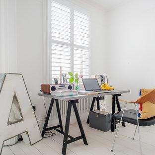 Foto di un ufficio design con pareti bianche, pavimento in legno verniciato, scrivania autoportante e pavimento bianco