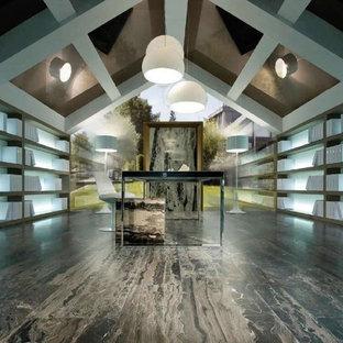 Idee per un ampio ufficio minimal con pareti grigie, pavimento in legno massello medio, nessun camino e scrivania autoportante
