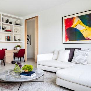 Modernes Arbeitszimmer mit Arbeitsplatz, weißer Wandfarbe, Marmorboden, Einbau-Schreibtisch und weißem Boden in Miami