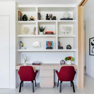 マイアミのモダンスタイルのおしゃれな書斎 (白い壁、大理石の床、造り付け机、白い床) の写真