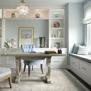 Imagen de despacho clásico renovado con paredes azules