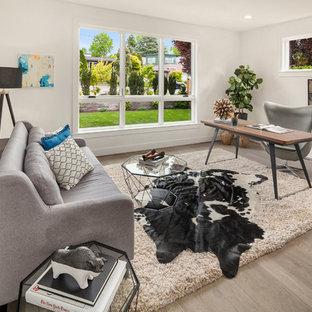 シアトルの大きいミッドセンチュリースタイルのおしゃれな書斎 (白い壁、淡色無垢フローリング、自立型机、ベージュの床、暖炉なし) の写真