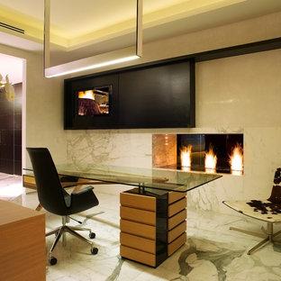 マイアミのモダンスタイルのおしゃれなホームオフィス・書斎 (石材の暖炉まわり、横長型暖炉) の写真
