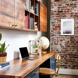 Foto di uno studio tradizionale con pareti bianche, pavimento in legno massello medio, scrivania incassata e pavimento marrone