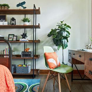 Bild på ett mellanstort rustikt arbetsrum, med vita väggar, mellanmörkt trägolv, brunt golv och ett fristående skrivbord