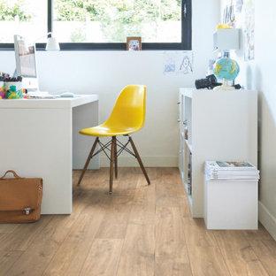 他の地域のモダンスタイルのおしゃれなホームオフィス・書斎 (ラミネートの床、ベージュの床) の写真