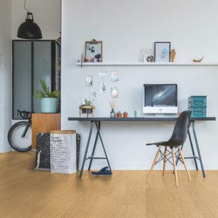他の地域のモダンスタイルのおしゃれなホームオフィス・書斎 (クッションフロア、ベージュの床) の写真
