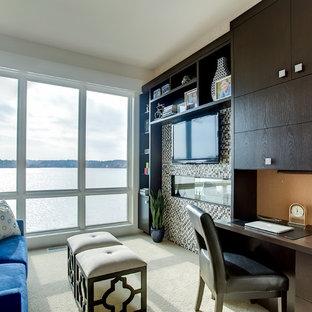 Réalisation d'un bureau design de taille moyenne avec un mur blanc, moquette, un bureau intégré, une cheminée ribbon et un manteau de cheminée en carrelage.