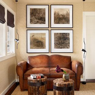オースティンのミッドセンチュリースタイルのおしゃれなホームオフィス・書斎 (ベージュの壁、濃色無垢フローリング、壁紙) の写真