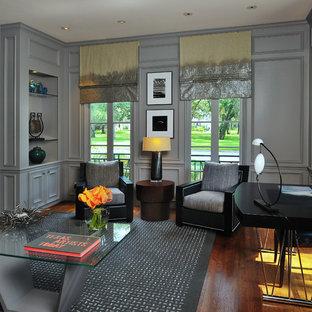 ヒューストンのヴィクトリアン調のおしゃれなホームオフィス・書斎 (グレーの壁、濃色無垢フローリング、自立型机、茶色い床) の写真