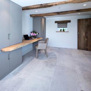 Ispirazione per un ufficio contemporaneo di medie dimensioni con pareti bianche, pavimento con piastrelle in ceramica, nessun camino, scrivania incassata e pavimento bianco