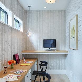 ミネアポリスのトランジショナルスタイルのおしゃれなホームオフィス・書斎 (グレーの壁、淡色無垢フローリング、造り付け机、ベージュの床) の写真