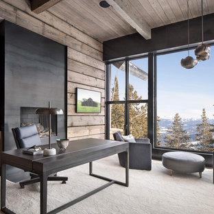 Идея дизайна: кабинет в стиле рустика с стандартным камином, фасадом камина из металла и отдельно стоящим рабочим столом