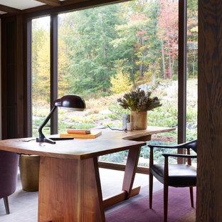 Diseño de despacho de estilo zen con moqueta, escritorio independiente y suelo violeta