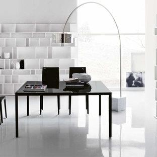 トロントの中くらいのモダンスタイルのおしゃれな書斎 (白い壁、大理石の床、暖炉なし、自立型机) の写真