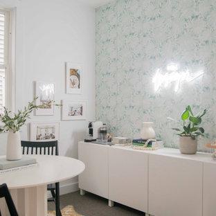 ロサンゼルスの中くらいのトロピカルスタイルのおしゃれなアトリエ・スタジオ (白い壁、カーペット敷き、自立型机、ベージュの床) の写真