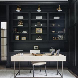 Foto de despacho clásico renovado con paredes negras y escritorio independiente