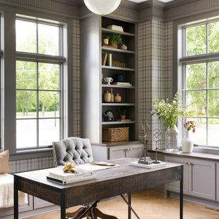 Idéer för att renovera ett vintage arbetsrum, med grå väggar, mellanmörkt trägolv, ett fristående skrivbord och brunt golv