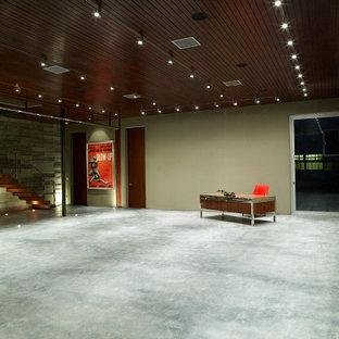 ロサンゼルスの巨大なモダンスタイルのおしゃれなアトリエ・スタジオ (ベージュの壁、自立型机、暖炉なし) の写真