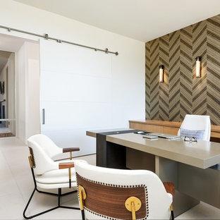 Immagine di un ufficio minimalista di medie dimensioni con pareti bianche, pavimento in gres porcellanato, nessun camino e scrivania autoportante