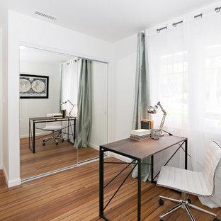 ロサンゼルスの小さいトランジショナルスタイルのおしゃれな書斎 (白い壁、竹フローリング、暖炉なし、自立型机、茶色い床) の写真