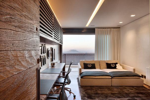 Contemporary Home Office by Eduarda Correa Arquitetura & Interiores