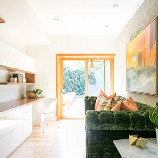 フェニックスのミッドセンチュリースタイルのおしゃれな書斎 (白い壁、淡色無垢フローリング、造り付け机、ベージュの床) の写真