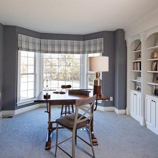 Ispirazione per un grande ufficio tradizionale con pareti grigie, moquette, nessun camino e scrivania autoportante