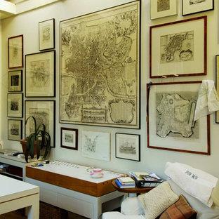 Shabby-Chic Arbeitszimmer mit weißer Wandfarbe und dunklem Holzboden in Seattle